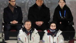 Tổng thống Hàn Quốc Moon Jae In và phu nhân (hàng dưới) dự khai mạc Thế Vận Hội Pyeongchang ngày 09/02/2018, cùng với Kim Yo Jong, em gái lãnh đạo Bắc Triều Tiên Kim Jong Un (hàng trên, bên phải), bên cạnh là Kim Yong Nam, nguyên thủ BTT trên danh nghĩa.