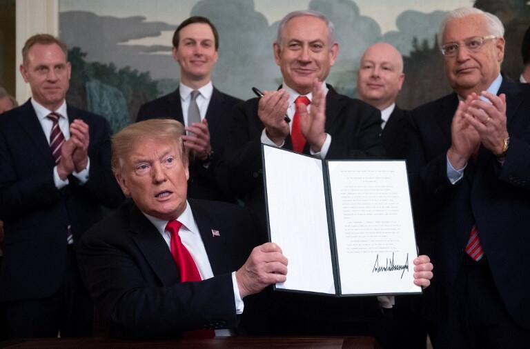 Tổng thống Mỹ Donald Trump chụp ảnh với sắc lệnh về cao nguyên Golan vừa ký kết, Nhà Trắng, Washington, DC, 25/03/2019