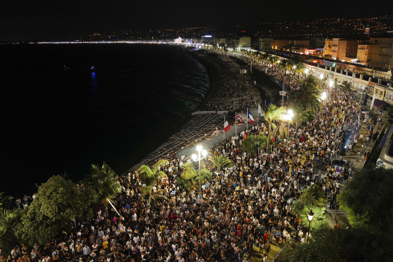 Concierto de DJ The Avener en el Promenade des Anglais en Niza, sur de Francia, el sábado por la noche.