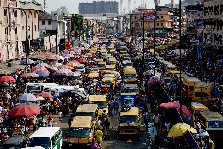 Lagos au Nigeria, est la ville la plus grande d'Afrique avec près de 14 millions d'habitants intra-muros et 22 millions dans l'agglomération.