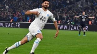Le milieu de terrain français de Marseille, Morgan Sanson, célèbre après avoir marqué un but lors du match de football français L1 entre l'Olympique de Marseille (OM) et le FC Girondins de Bordeaux (FCGB) au stade Vélodrome de Marseille.