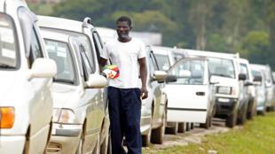 Les files d'attente aux stations-service deviennent interminables, ici à Harare, le 10 janvier.