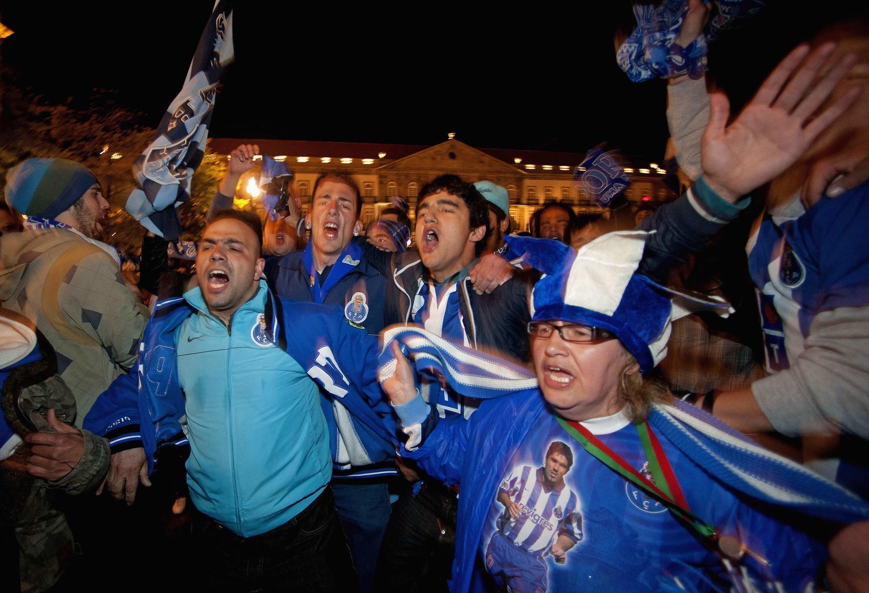 Torcedores do FC Porto comemoram o bicampeonato do time no centro do Porto, na noite deste domingo.