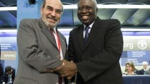 O diretor eleito da FAO, José Graziano da Silva (à esquerda), recebe os cumprimentos de seu antecessor, o senegalês Jacques Diouf.