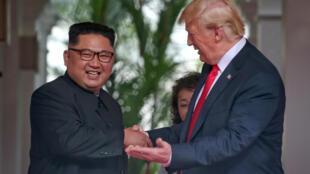 Presidentes norte-coreano, Kim Jong-un e americano, Donald Trump, assinaram em Singapura, desnuclearizaçao das Coreias