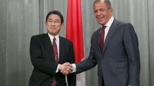 Ngoại trưởng Nga Sergei Lavrov (P) và đồng nhiệm Nhật Bản Fumio Kishida tại Matxcơva, Nga, 21/09/2015.