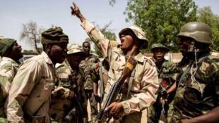 Des troupes nigériannes célèbrent leur victoire après avoir repris un territoire à Boko Haram, en 2015.