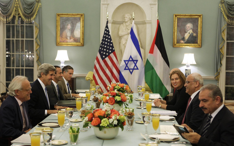 John Kerry, Saëb Erakat et Tzipi Livni se sont retrouvés pour une reprise des négociations israélo-palestiniennes, lundi 29 juillet 2013.