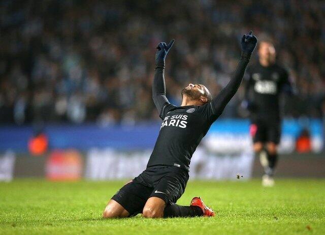 Lucas Moura celebra o quinto gol que marcou para o PSG contra o Malmo, na Suécia.