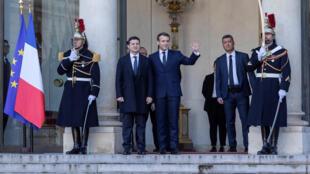 Le président français Emmanuel Macron accueille le président ukrainien Volodymyr Zelenskiy avant un sommet au format Normandie à Paris, en France, le 9 décembre 2019.