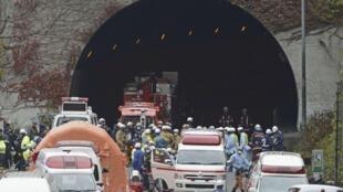 Equipes de resgate na saída do túnel Sasago, a 80 km de Tóquio, que desabou neste domingo, 2 de dezembro de 2012.