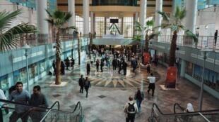 Dans le hall d'accueil de la Cité de la culture à Tunis où se tiennent les Assises du journalisme jusqu'à samedi.
