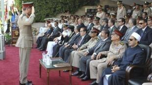 Tân tổng thống Mohamed Morsi (giữa) và Sami Tanan, tổng tham mưu trưởng quân đội Ai Cập (REUTERS)