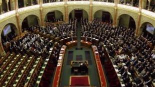 Toàn cảnh cuộc họp quốc hội Hungary trong quá trình bỏ phiếu Hiến pháp mới, 18/4/2011.