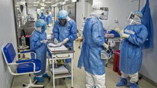 Profesionales de Salud se preparan en un pasillo de la unidad de cuidados intensivos del hospital Alberto Sabogal, enLima, el 2 de julio de 2020, en medio de la pandemia por coronavirus