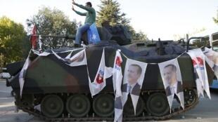 Ảnh tổng thống Thổ Nhĩ Kỳ Erdogan trên thành xe tăng bên cạnh nhà Quốc Hội, Ankara, ngày 16/07/2016