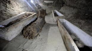 Algunas de las momias descubiertas en las catacumbas de Tuna el Yebel en Egipto.