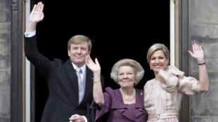O novo rei da Holanda, Willem-Alexander (esq), ao lado de sua mãe, a princesa Beatrix (centro) e de sua esposa (dir), a rainha Maxima, durante sua posse em Amsterdam, nesta terça-feira.