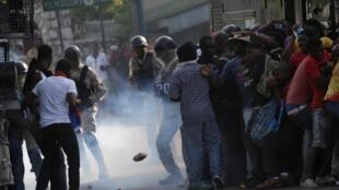 De nouveaux affrontements ont eu lieu à Port-au-Prince entre des manifestants réclamant le départ du président Moïse et les forces de sécurité, le 11 octobre 2019.