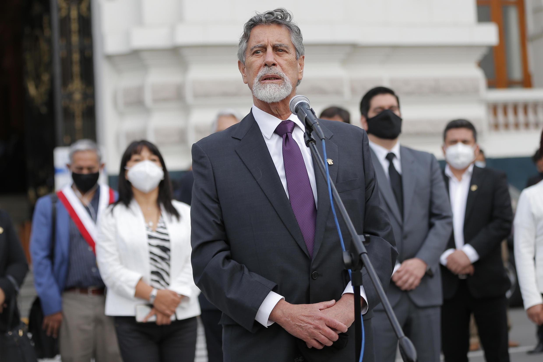 El congresista peruano Francisco Sagasti habla después de ser elegido presidente interino de Perú en las puertas del Congreso, el 16 de noviembre de 2020 en Lima