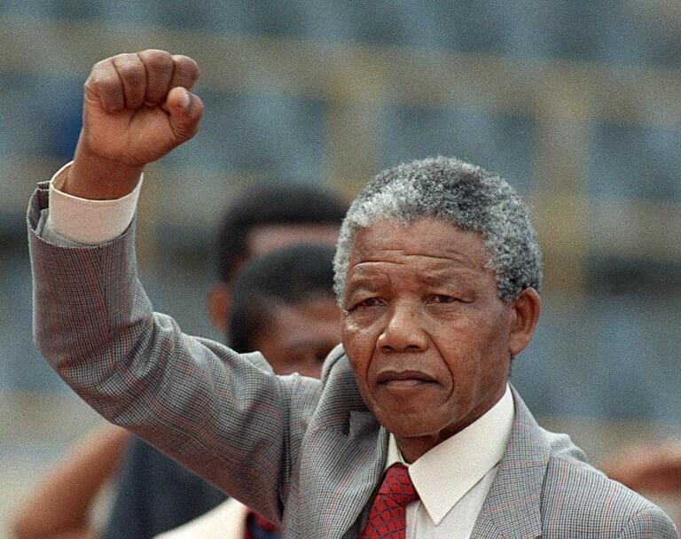 Nelson Mandela em 25 de fevereiro, 1990, alguns dias depois de ser solto após 27 anos de prisão.