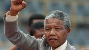 南非前總統、反抗種族隔離政策的民族英雄曼德拉1990年2月25日從監獄出來幾天後的照片。