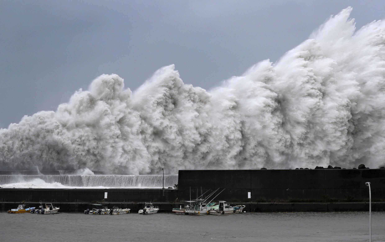 Những đợt sóng khổng lồ ập vào cảng Aki, Nhật Bản ngày 04/09/2018.