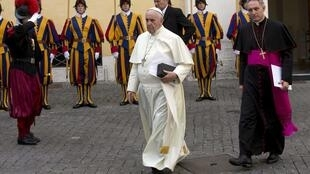 Đức Giáo hoàng Phanxicô (T) đi đến sảnh đường Phaolô VI trong Tòa thánh Vatican, nơi  tiếp kiến các thượng khách. Ảnh chụp ngày 17/10/2014.