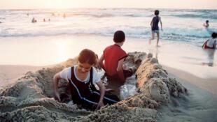 Des enfants palestiniens jouent sur la plage de Gaza.