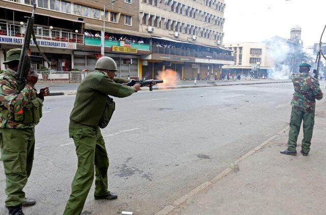 Polisi nchini Kenya wakikabiliana na waandamanaji wa upinzani jijini Nairobi katika maandamano ya kushinikiza mabadiliko ndani ya Tume ya Uchaguzi