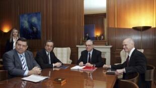 O primeiro-ministro grego Lucas Papademos reuniu os três representantes dos partidos que formam a coalizão governamental