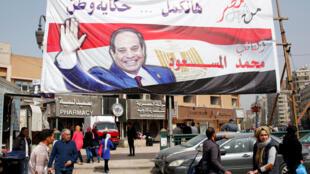 Los carteles gigantes con el rostro del presidente Al Sisi están por doquier en las calles de El Cairo.