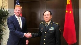 Bộ trưởng Quốc phòng Mỹ Patrick Shanahan (T) và đồng nhiệm Trung Quốc Ngụy Phượng Hòa (Wei Fenghe) gặp nhau trước khi bắt đầu Đối thoại an ninh Shangri-La, Singapor, ngày 31/05/2019