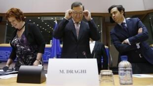O presidente do BCE, Mario Draghi, nesta terça-feira na Comissão de Assuntos Econômicos e Monetários do Parlamento Europeu.