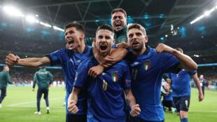 La joie du milieu de terrain italiend Jorginho, après avoir marqué son pénalty lors de la séance de tirs au but face à l'Espagne (1-1, 4-2 t.a.b.) en demi-finale de l'Euro 2020, le 6 juillet 2021 au stade de Wembley à Londres
