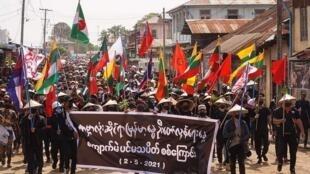 Manifestantes protestam contra o golpe militar,  em Kyaukme, no Estado de  Shan, no dia 2 de Maio de 2021. Protestos ocorreram também em Yangon,capital de Myanmar, onde pessoas entoaram cantos a favor de uma primavera reolucionária.