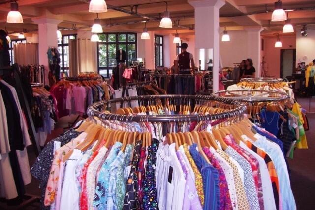 """No brechó """"Colours"""", um dos maiores de Berlim, as roupas são organizadas por peças e cores."""