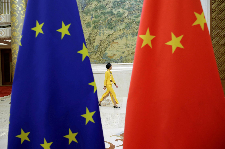 Ảnh minh họa : Cờ Châu Âu và Trung Quốc trước nhà khách chính phủ tại Bắc Kinh, nhân cuộc đối thoại kinh tế Châu Âu -Trung Quốc, ngày 25/06/2018.