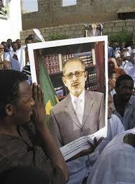 Wasu magoya baya rike da hoton tsohon hambararren shugaban Mauritania Sidi Ould Cheikh Abdallahi wanda ya rasu daren jiya Lahadi.