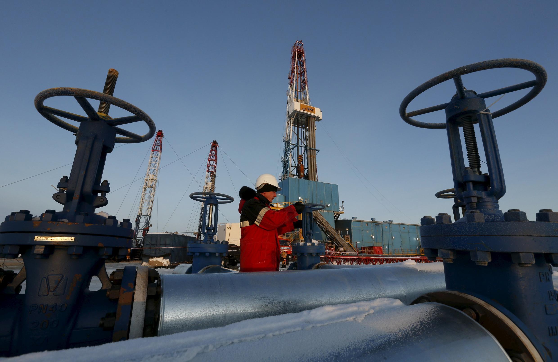 Нефтепровод компании «Лукойл» в Когалыме, Россия, 25 января 2016.