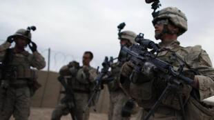 Американские военные готовятся к ночному патрулированию в Афганистане 27 октября 2010 года