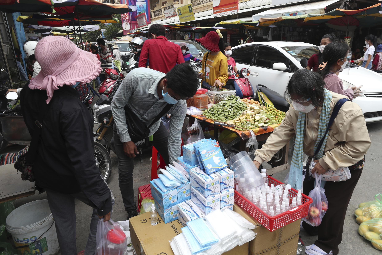 Image d'archive RFI : sur un marché local de Phnom Penh au 10 avril 2021.