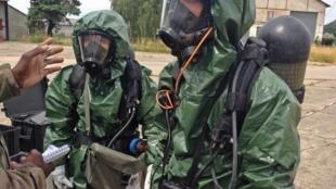 Avant le début de l'exercice, les militaires reçoivent les instructions de leur chef d'équipe.