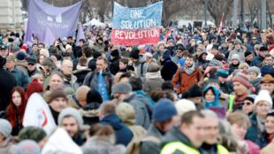 Environ 2000 personnes se sont rassemblées dans le centre de Budapest pour protester contre la loi travail et la politique du gouvernement.