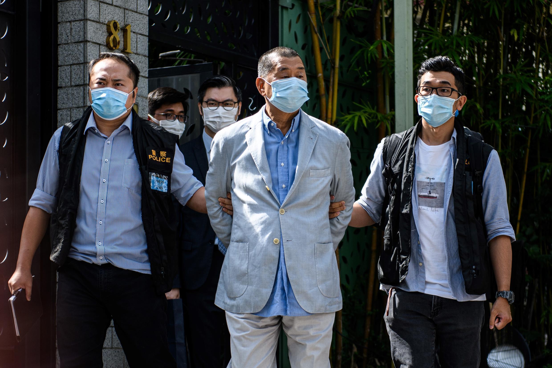 Jimmy Lai, escoltado por policías que le detuvieron en su casa en Hong Kong el 10 de agosto de 2020