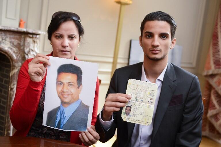 Des proches de Mohamed Saleh Alhoumekani (sa femme et son fils, Moncef) montrent son portrait et son passeport belge aux médias, le 2 septembre 2013.