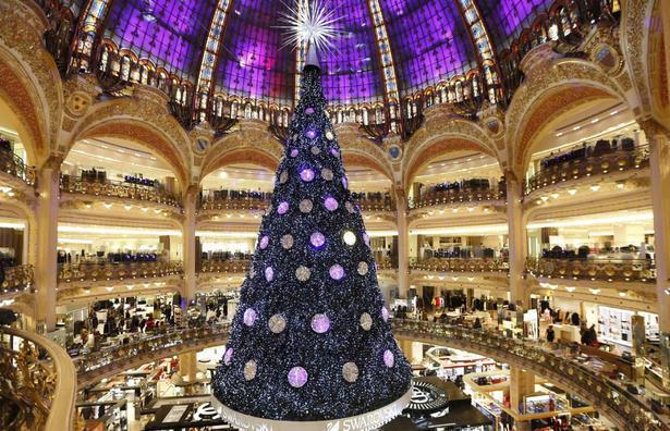 Interior de una gran tienda por departamentos de París.
