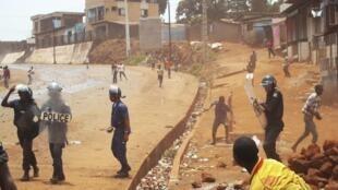 Heurts entre police et manifestants à Conakry, le 2 mai 2013.
