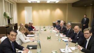 L'ensemble des ministres des Affaires étrangères du groupe 5+1 et leur homologue iranien à l'hôtel Intercontinental à Genève, le 9/11/13.