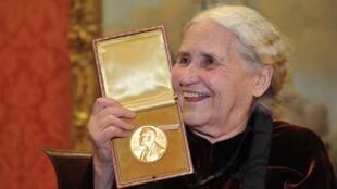 Autora de mais de 50 livros, Lessing foi foi a 11ª mulher a conquistar o prêmio Nobel de Literatura.